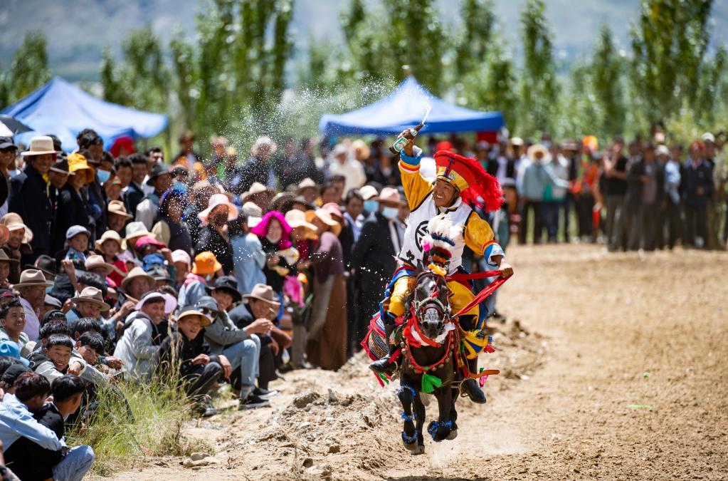 西藏:山溝裏的賽馬(圖)