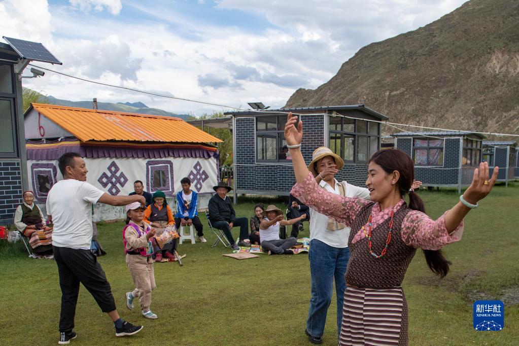 """""""過林卡"""":西藏群眾享受休閒時光(圖)"""