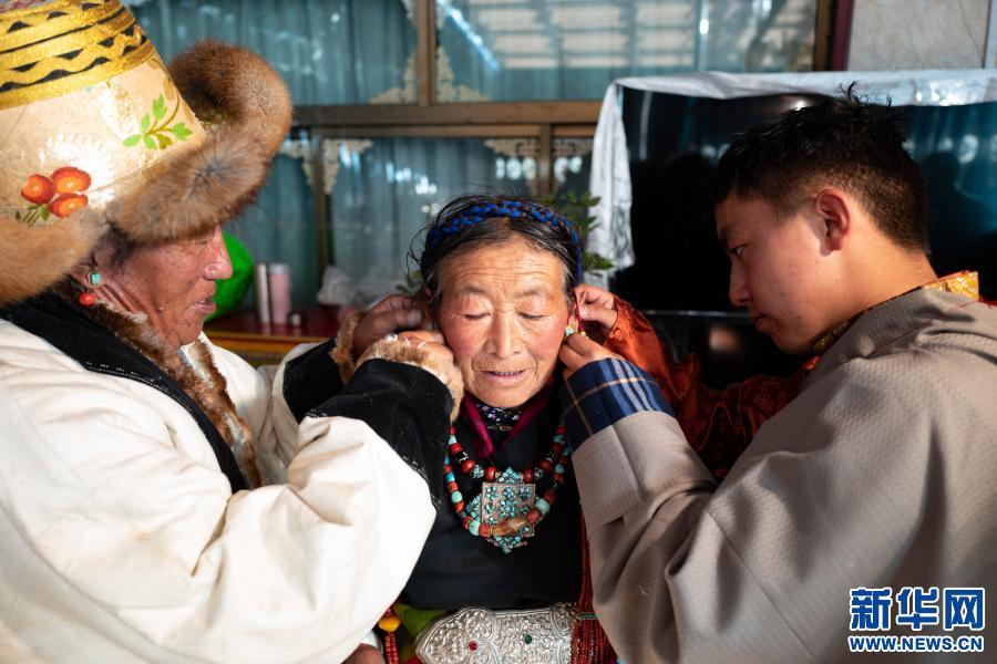 西藏日喀則:安置點裏過新年(圖)